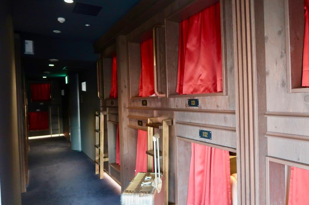 capsule hotel tokyo japan pods